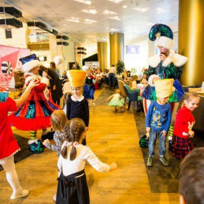 Новогодние детские елки для детей сотрудников производственной компании в Центральном Детском Магазине
