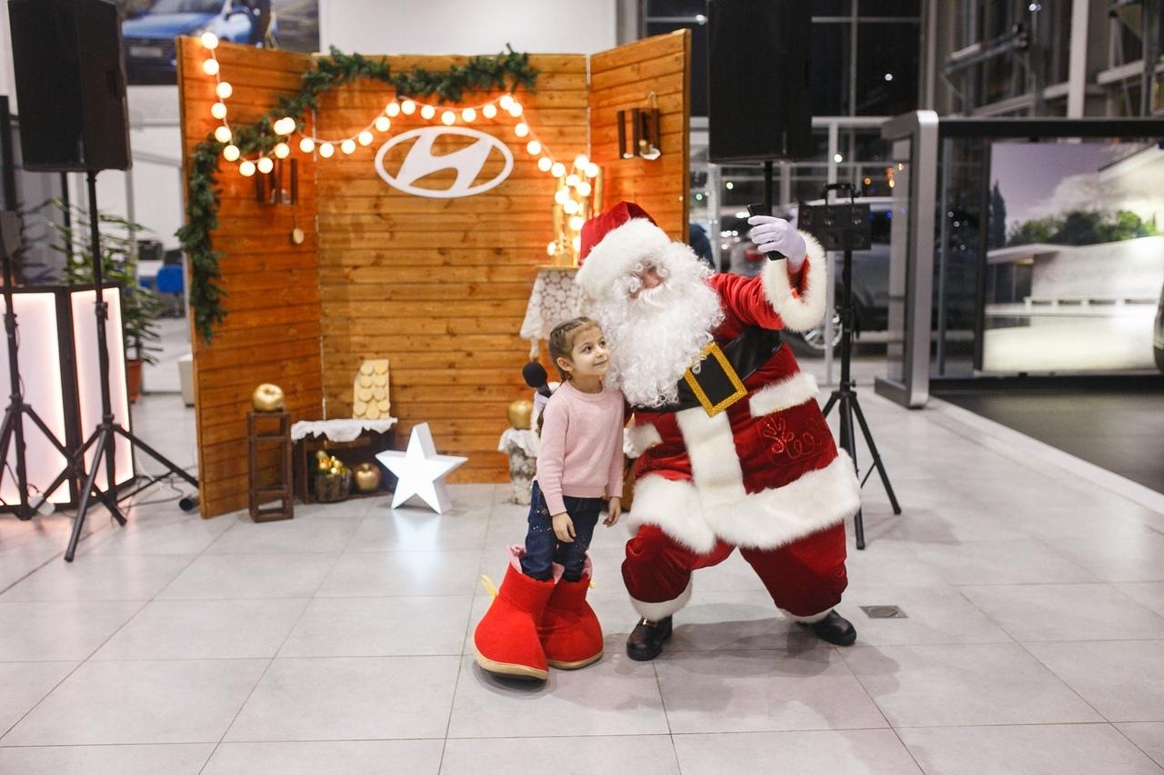 Новогодние елки для детей клиентов в автосалонах